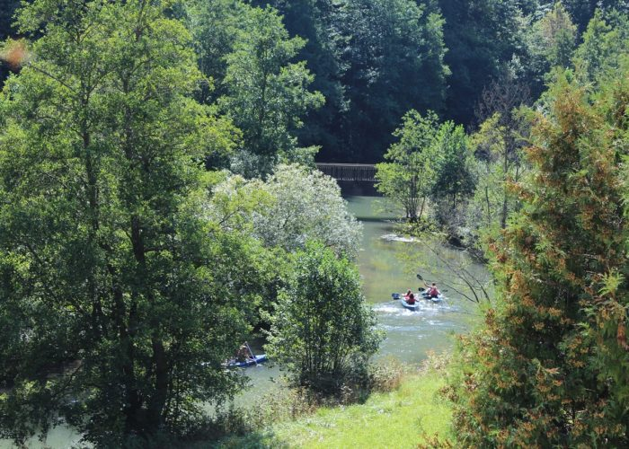 Bild vom Fluss vor Haus Wiesenttal mit Booten