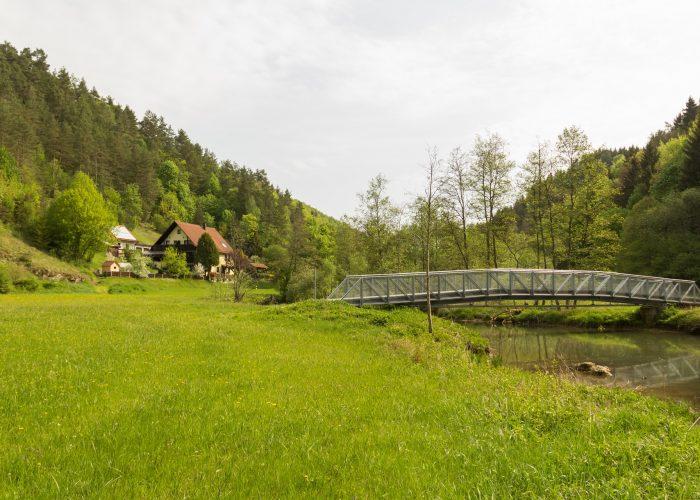 Bild vom Haus Wiesenttal mit Brücke und Feld